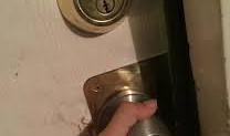 Co dělat, když si zabouchnete dveře?