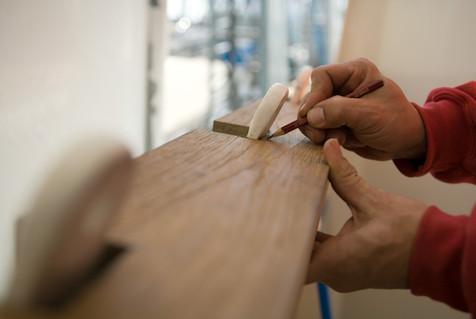 La fabrication à la main est une tradition chez OQS. Artisans et artisans au travail à l'OQS