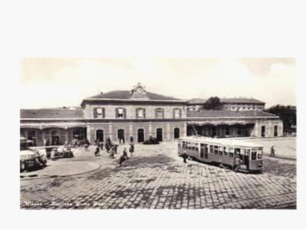 L'edificio viaggiatori della stazione di Porta Genova  è più o meno sempre quello: ma aveva l'orologio sul frontone e il tetto spiovente sui corpi laterali.