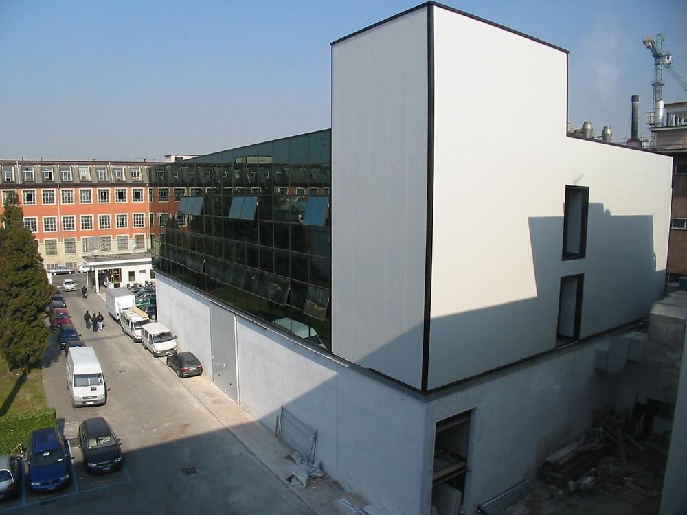 20.000 mq su tre piani: moda e design a piano terra, uffici direzionali e servizi terziari nei due piani superiori.