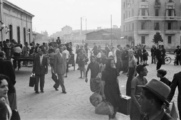 Pendolari nel piazzale Porta Genova anni '50