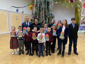 Нижневартовские дети и ветераны получили подарки от депутата Дмитрия Великого