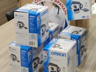 Депутат передал врачам партию электронных тонометров