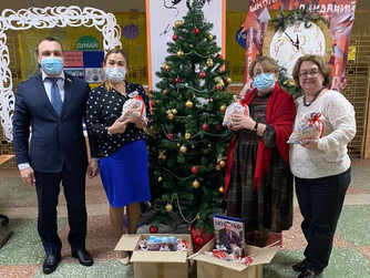 Депутат передал новогодние подарки нижневартовским школьникам