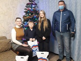 Борис Хохряков передал новогодние подарки детям из многодетных семей