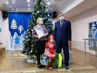 Вячеслав Танкеев вручил специальный приз лауреату фестиваля народного творчества