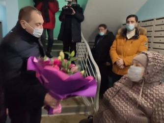 Депутат купил для инвалида подъемник в подъезд