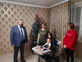 Борис Хохряков исполнил новогодние желания юных нижневартовцев