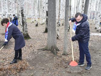Единороссы Нижневартовска приняли участие во Всероссийском экологическом субботнике.