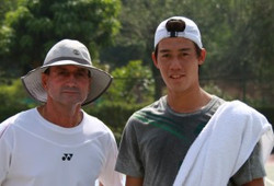 Gabe-coaching-Kei-Nishikori-at-Davis-Cup-1-300x204