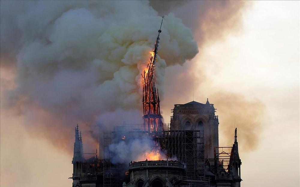 Campanario de Notre Dame en llamas