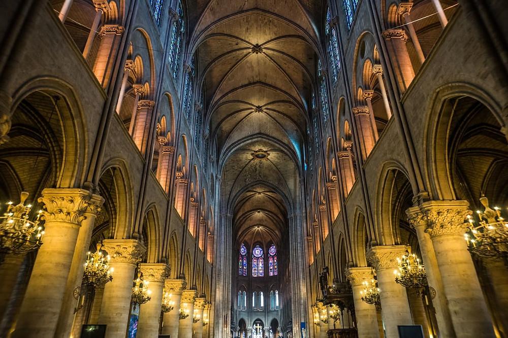 Interior de la Iglesia de Notre Dame, Paris.