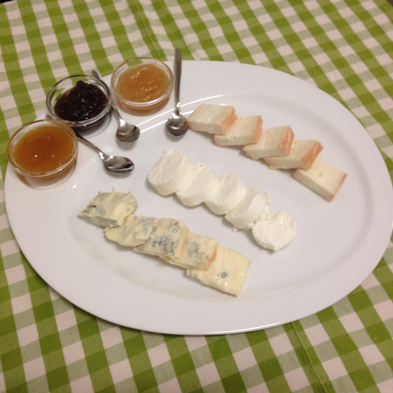 Assaggi di formaggi e marmellate