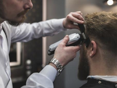 O barbeiro 'filósofo' que trabalha na Feira do João Paulo