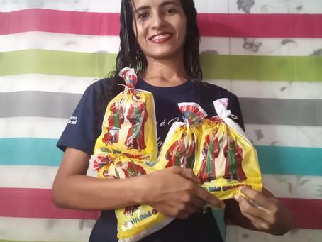 Pedagoga entrega bombons de casa em casa em São Luís devido à pandemia