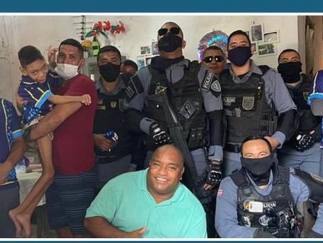 Policiais visitam e presenteiam pessoa com deficiência em São Luís