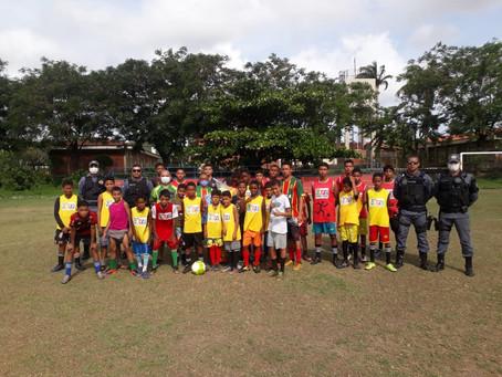PMs  doam bolas e coletes para escolinha de futebol no Polo Coroadinho