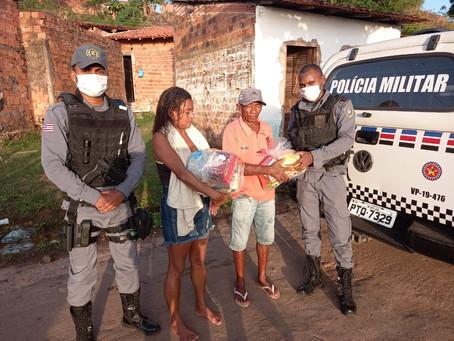 'Natal sem Fome': PMs entregam cestas básicas a famílias carentes no Coroadinho