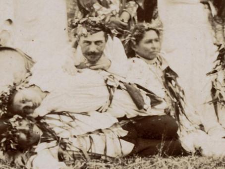 Serait-ce Gauguin sur ces photos entre deux vahinés ?