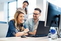 gerente-oficina-explicando-nueva-emplead