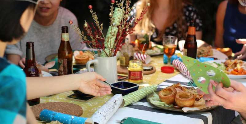 Déconfinement : fêtes entre amis, repas en famille… qu'a-t-on le droit de faire ?