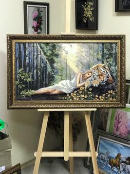 девушка в лесу с тигром