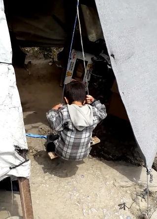 kind in schommel Lesbos