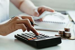 as-mulheres-calculam-contas-domesticas-em-casa-usando-a-calculadora-no-escritorio-moderno-
