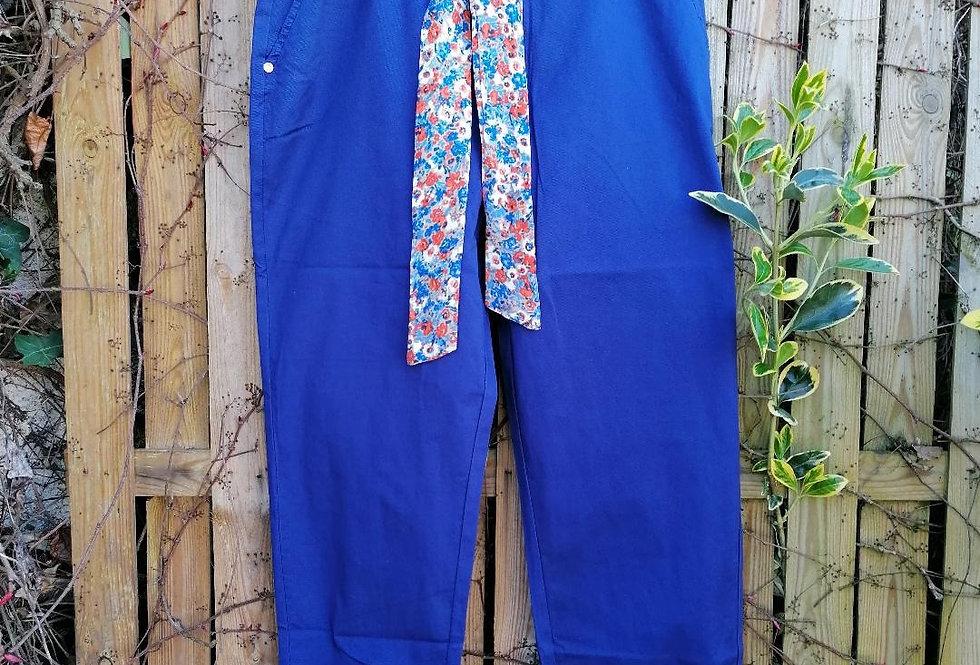 Pantalon bleu roi avec ceinture fantaisie
