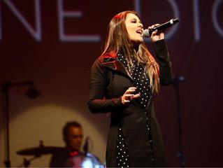 Li Martins emociona em saudação a Céline Dion