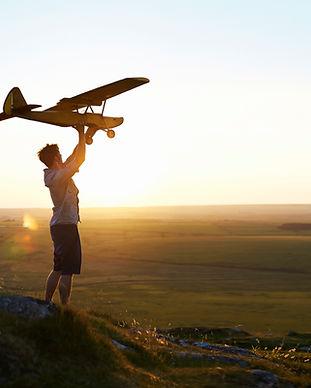 男は飛行機を飛ばすための準備します