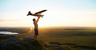 Hombre que se prepara para volar un avió