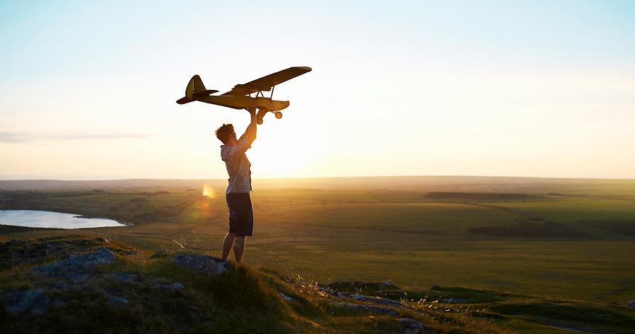 L'uomo prepara a volare un aereo