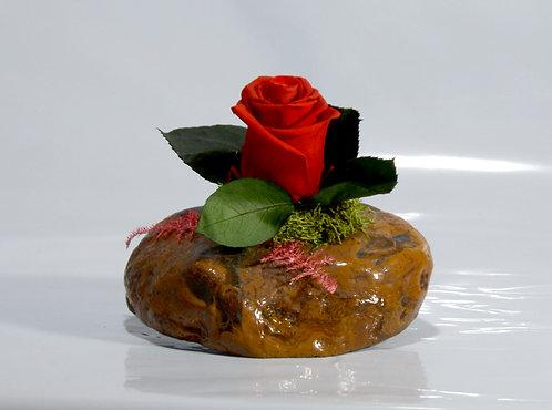 Rosa eterna roja en piedra mineral