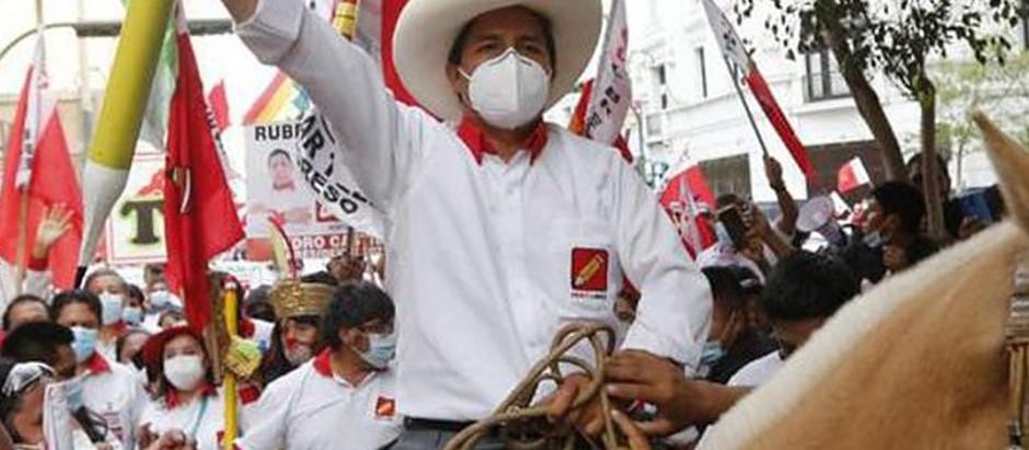 ELEIÇÕES NO PERU: APÓS CONTAGEM ACIRRADA, PEDRO CASTILLO VENCE KEIKO FUJIMORI