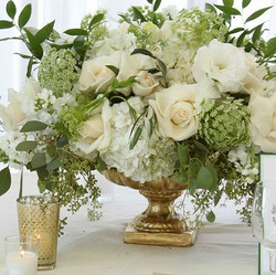 Centerpiece in white, green and gold tones