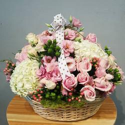 Flower arrangement. 🌸🌹🌼🌺🌱 #moonatelier_la_._