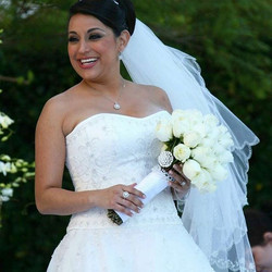 Beautiful bride with her bouquet.jpg _moonatelier_la #moonatelier_la #rose_.jpg_.jpg_