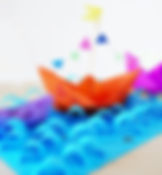 הכנת סירה באוריגמי וים סוער