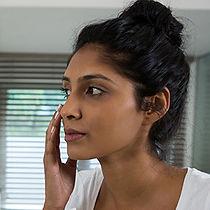 woman-applying-lotion-74JNZPX.jpg