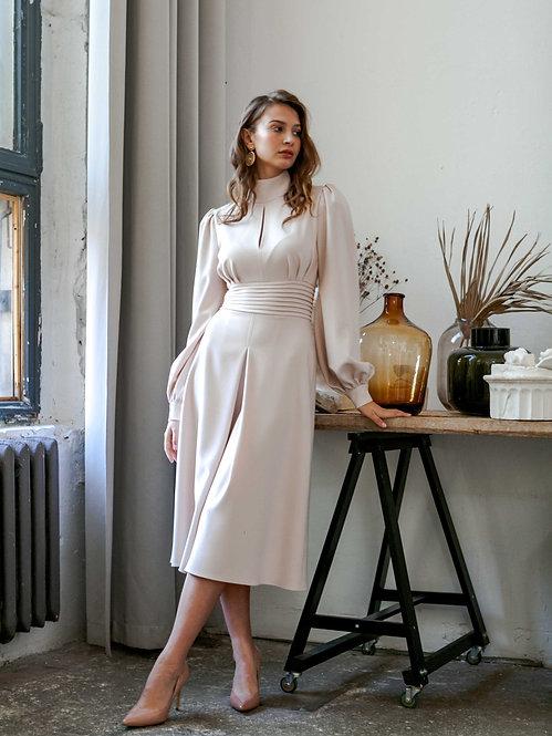 Платье с разрезом и воротником-стойкой