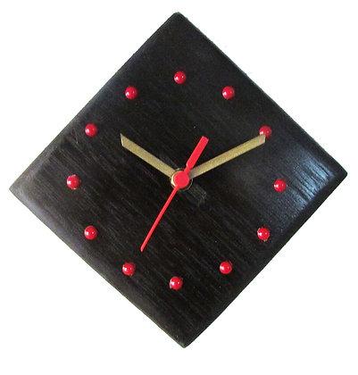 Relógio losangular em madeira