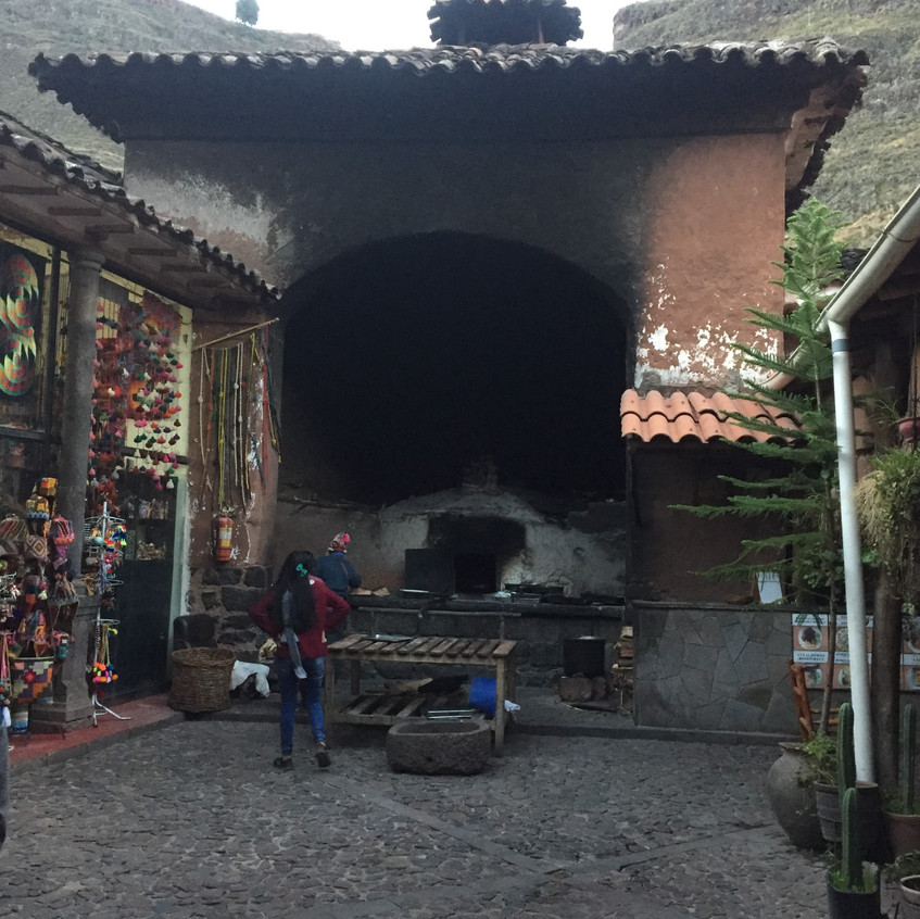 The oldest still-functioning oven, in Pisac, from the 19th century. We didn't get to taste anything made in it :(