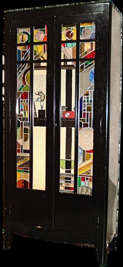 armoire avec vitrail