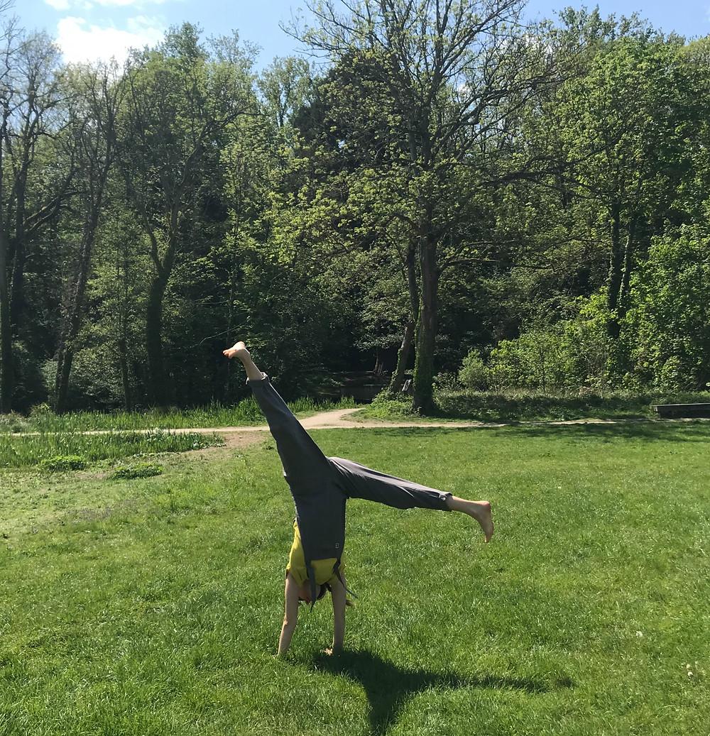 Faire la roue dans l'herbe, c'est vraiment ce que j'ai envie de faire en mai. Arrêter de me juger, également!