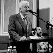 Mick O'Connor speaking at the opening of the 2003 summer school.
