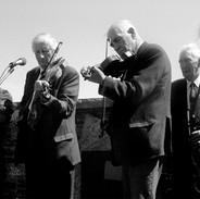 L. to r. Michael Falsey, P. Joe Hayes, Francie Donnellan, Junior Crehan and Muiris Ó Rócháin at the graveside tribute, 1994.
