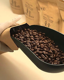 コーヒーを梱包している様子.JPG