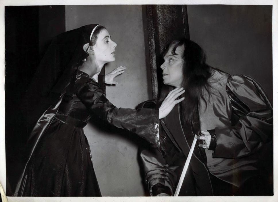 Marius Goring as Richard III & Yvonne Mitchell as Lady Anne in Richard III 1953