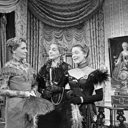 Hilde Weissner as Gertrude Chiltern, Ilde Overhoff as Lady Markby and Ruth Hausmeister as Mrs Cheveley